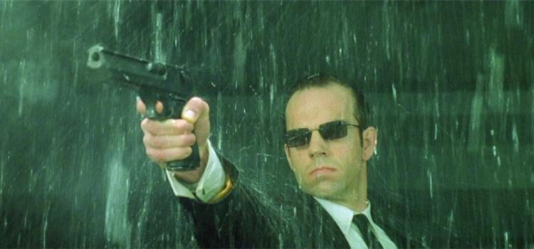 Agente Smith, Hugo Weaving, pistola