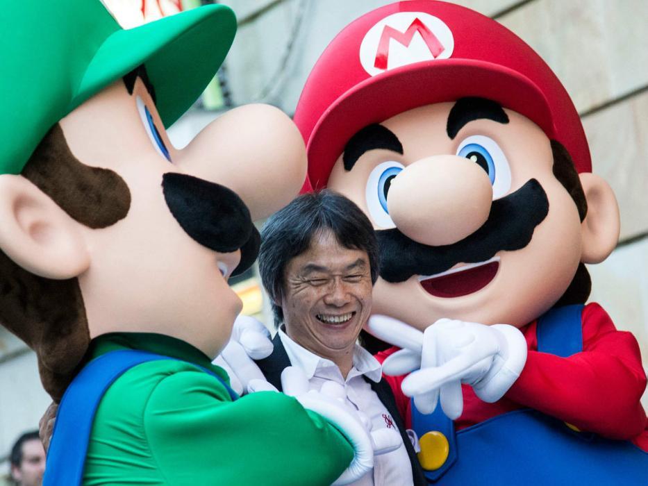 """El diseñador de """"Mario Bros"""", Shigeru Miyamoto, acompañado por sus personajes"""