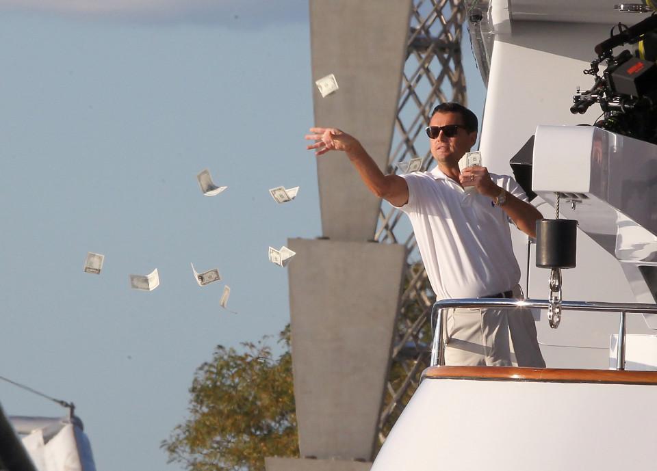 Di Caprio tirando billetes