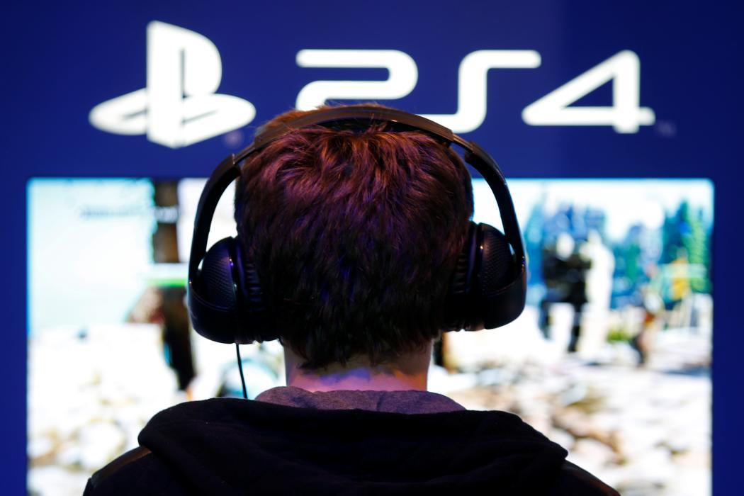 Un niño juega a la PlayStation 4 en un stand.